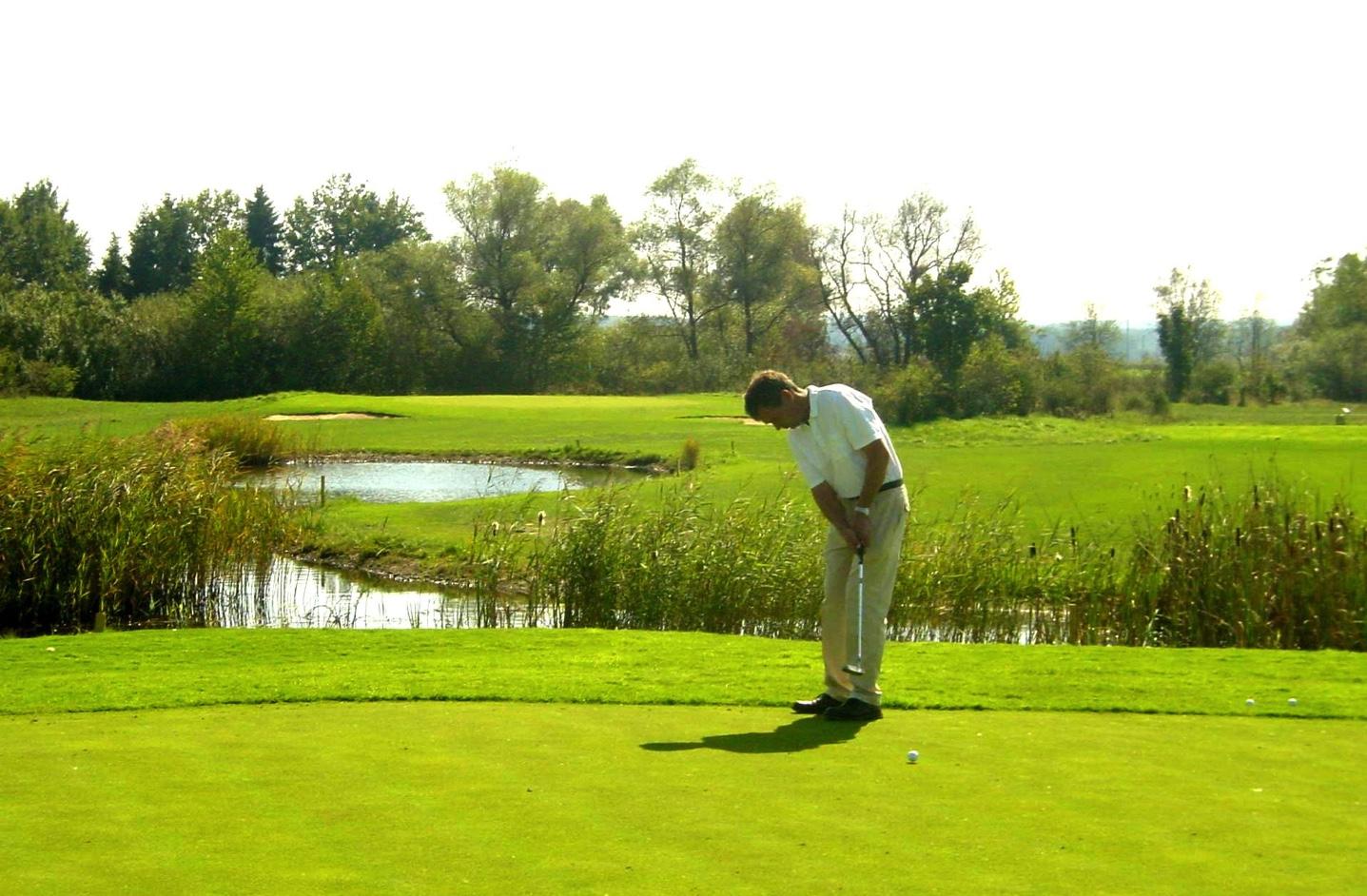 Golfspieler auf dem Grün vor dem Golfhotel in Bayern